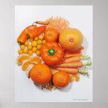 Uma seleção de frutas & de vegetais alaranjados posters