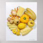 Uma seleção de frutas & de vegetais amarelos pôsteres
