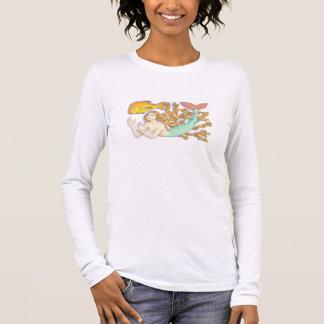 Uma sereia com camisa do peixe dourado