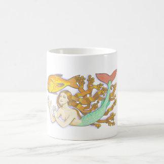 Uma sereia com copo do peixe dourado caneca