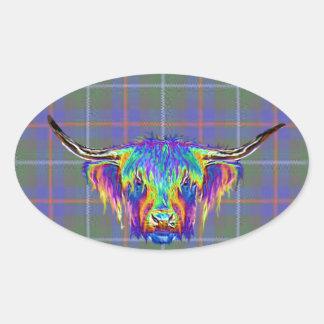 Uma vaca colorida bonita das montanhas no tartan. adesivo oval