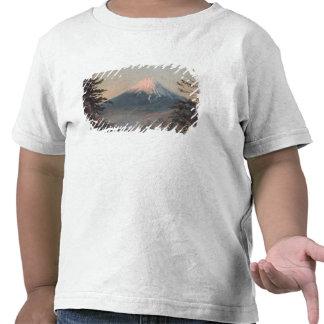 Uma vista da montagem Fusiyama com figuras no Camisetas
