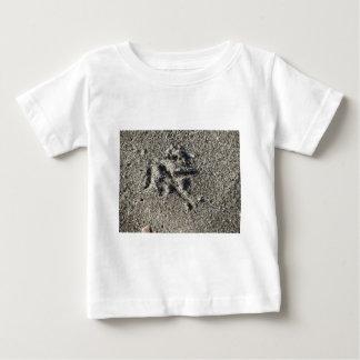 Única pegada do pássaro da gaivota na areia da camiseta para bebê