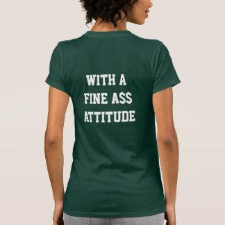 Universitária bonito com um T fino da atitude de A T-shirt