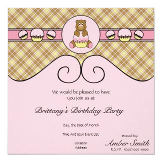 Urso com convite cor-de-rosa da xadrez da baunilha