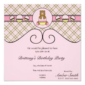 Urso com convite cor-de-rosa da xadrez do rosa do
