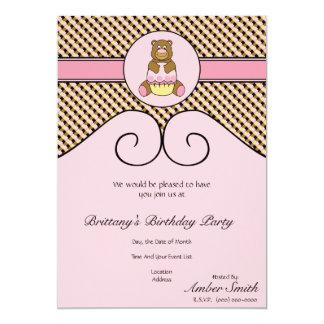 Urso com convite cor-de-rosa das amostras de folha convite 12.7 x 17.78cm