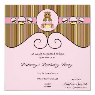 Urso com convite cor-de-rosa das listras verticais convite quadrado 13.35 x 13.35cm