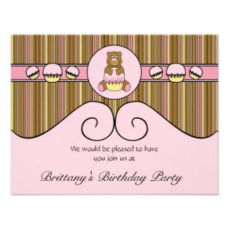 Urso com convite cor-de-rosa das listras verticais
