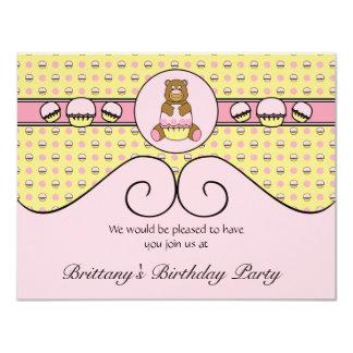 Urso com convite cor-de-rosa do cupcake C N S