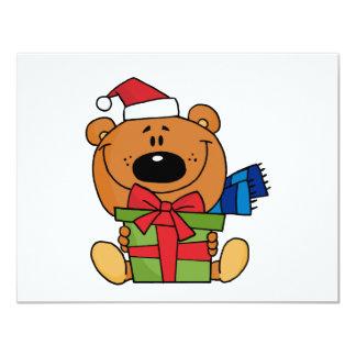 Urso com o camiseta e os presentes do feriado do convite