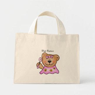 Urso de ursinho bonito da irmã mais velha no rosa bolsa para compras