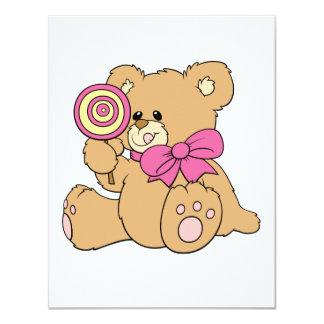 Urso de ursinho bonito do bebê com pirulito convites personalizados