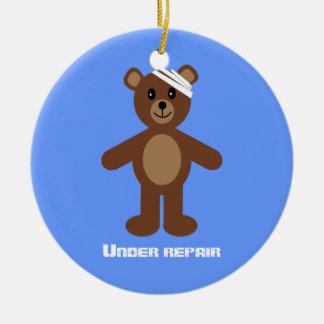 Urso de ursinho bonito sob o aniversário da ornamento de cerâmica redondo