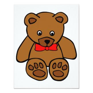 Urso de ursinho com convites vermelhos de um arco
