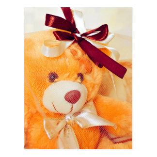 Urso de ursinho com um cartão do véu e do arco