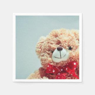 Urso de ursinho com um guardanapo de papel do arco