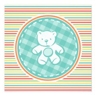 Urso de ursinho em listras brilhantes do arco-íris convite personalizado