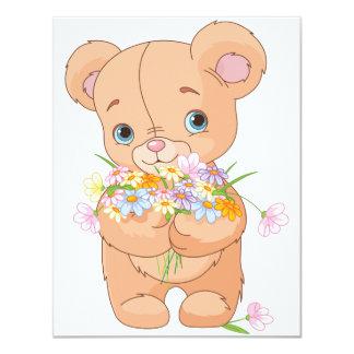 Urso de ursinho que guardara convites de um buquê