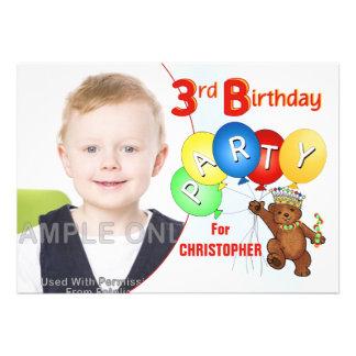 Urso de ursinho real do partido de aniversário de  convites personalizados