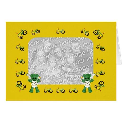 Urso do bebê e cartão com fotos verde do trator
