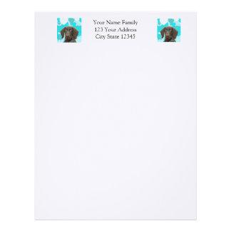 Urso lustroso no papel de carta azul