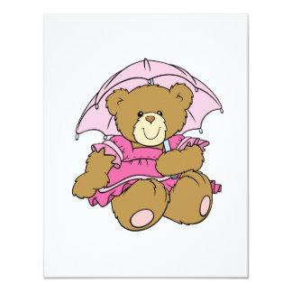 Urso pequeno bonito com guarda-chuva cor-de-rosa convites