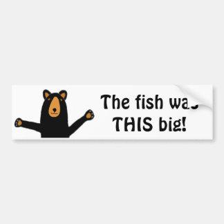 Urso preto engraçado que diz a história dos peixes adesivo para carro