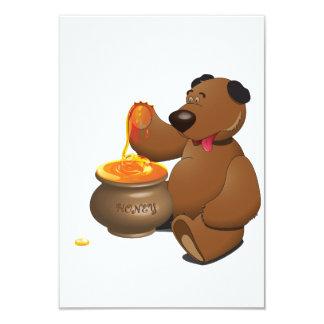 Urso que come convites do mel