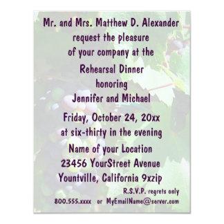 Uvas do vinhedo do jantar de ensaio convite