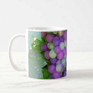 Uvas na videira caneca de café