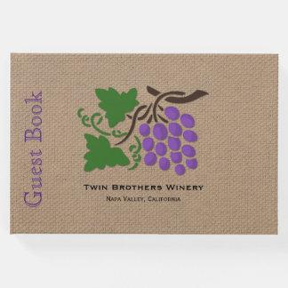 Uvas no livro de hóspedes do tema do vinho de