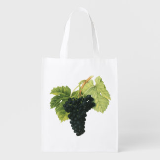 Uvas para vinho vermelhas e brancas em uma sacolas ecológicas para supermercado