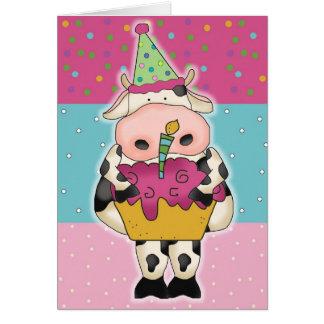 Vaca com o cartão de aniversário do cupcake