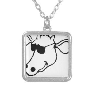 Vaca de fumo com óculos de sol colar banhado a prata