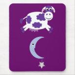 Vaca roxa bonito que salta sobre a lua mousepad