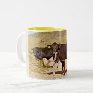 Vacas de Brown na caneca de café do cromo