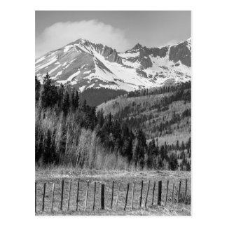 Vale e montanhas rochosas em preto e branco cartão postal
