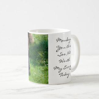 Valor engraçado de segunda-feira do gorila minha caneca de café