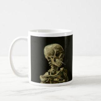 Van Gogh que fuma a caneca de café de esqueleto