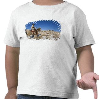 Vaqueiro com os cavalos na escala no esconderijo camisetas