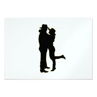 Vaqueiro e vaqueira na silhueta do amor convites