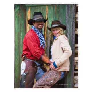 Vaqueiro e vaqueira que guardaram as mãos na cartão postal