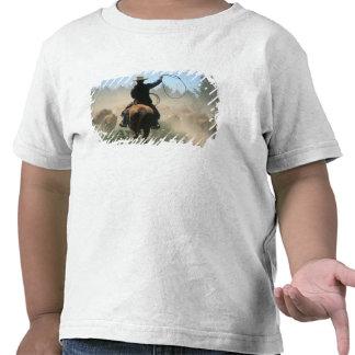 Vaqueiro no cavalo com o laço que conduz o gado camiseta