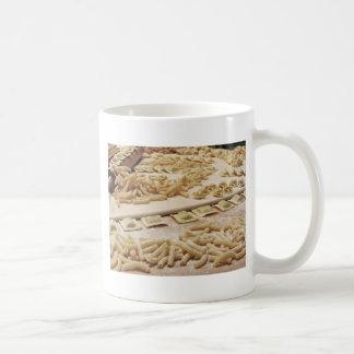 Vária mistura de massa caseiro italiana fresca caneca de café