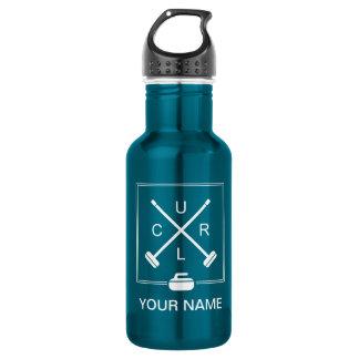 Vassouras cruzadas que ondulam a garrafa de água -