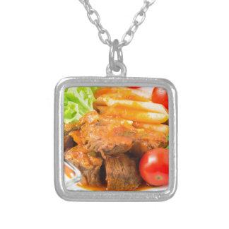 Veja o fim-acima em uma refeição do guisado de colar banhado a prata