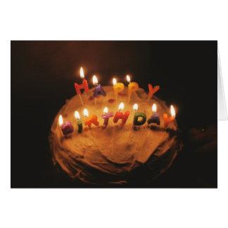 Velas do feliz aniversario no bolo - cartão