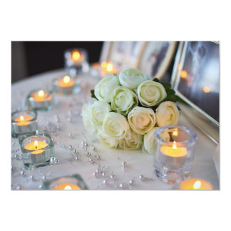 Velas e buquê cor-de-rosa no convite do casamento