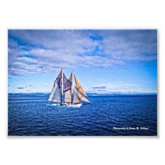 veleiro 5 x 7 em um mar azul foto artes